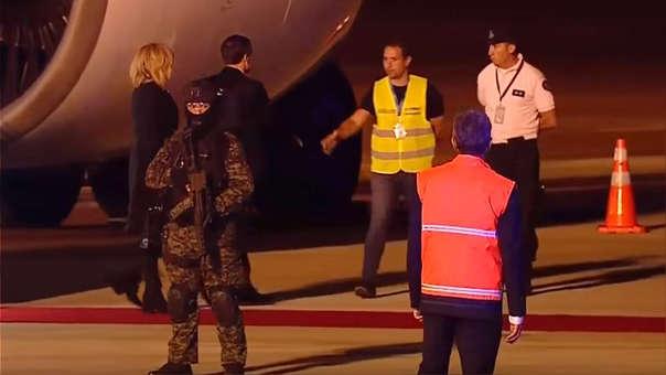 El presidente de Francia, Emmanuel Macron, se acercó a saludar a dos trabajadores del aeropuerto ante la falta de un recibimiento oficial.
