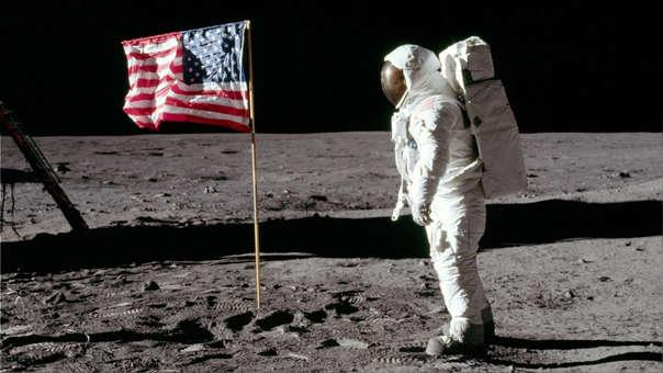 La misión del Apolo 11 de la NASA logró que dos astronautas, Neil Armstrong y Buzz Aldrin, caminen en la superficie lunar.