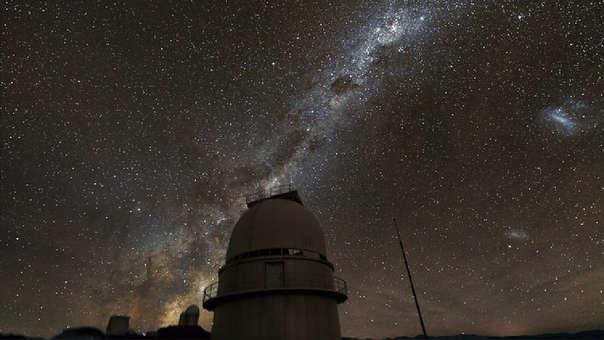 En el cielo nocturno se puede apreciar la inclinación de la Vía Láctea sobre la Tierra.