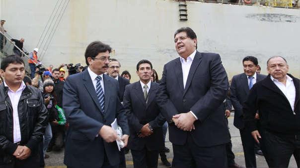Alan García (derecha) y Enrique Cornejo (izquierida) en una visita al puerto del Callao durante el segundo gobierno aprista.