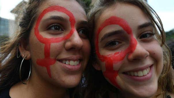 Dos mujeres en una marcha feminista en Brasil