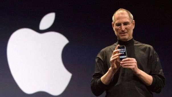 Steve Jobs, ex CEO de Apple, durante la presentación del icónico iPhone