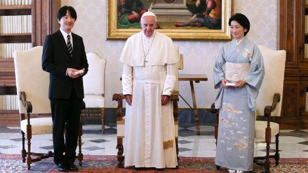 El príncipe Akishino y su esposa, la princesa Kiko, posan con el papa Francisco.