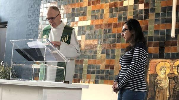 Hayarpi Tamrazyan, una de las refugiadas, y el pastor Theo Hettema dentro de la Iglesia Bethel.