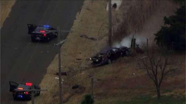 Dos mujeres (una de ellas iba manejando) y un hombre, salieron por su propia cuenta del auto destrozado.
