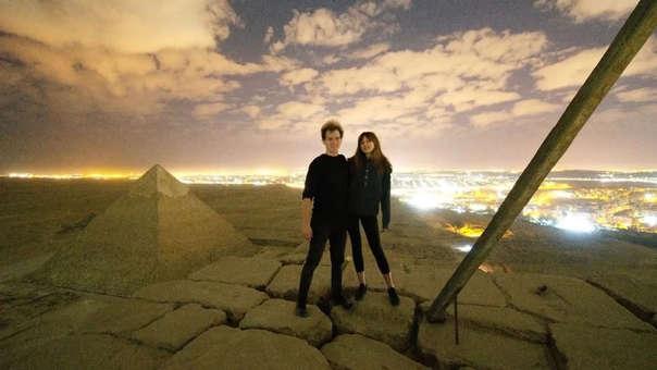 Imagen de la pareja supuestamente sobre la Gran Pirámide de Güiza