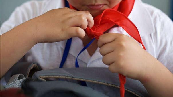 Un joven viste la 'bufanda revolucionaria', un símbolo para el Gobierno chino.
