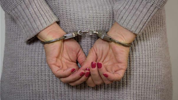 La mujer fue esposada y encadenada por los tobillos.