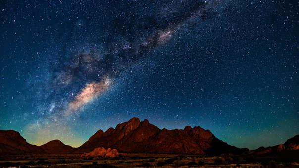 Vista de la Vía Láctea desde el desierto de Namibia, en África.