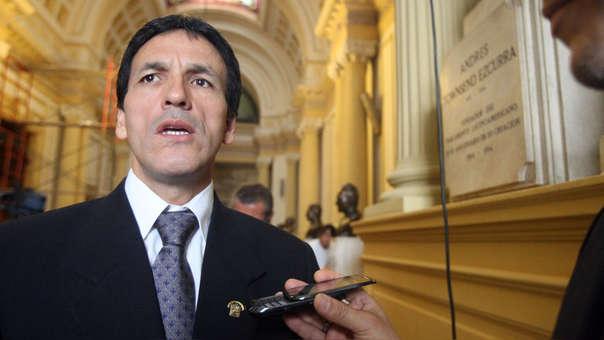 """El congresista Tapia dijo que Salaverry, """"de manera unilateral e inconsulta"""", tomó la decisión de registrar nuevas bancadas."""