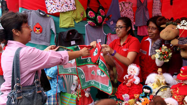 A pocos días de la llegada de la Navidad los emporios comerciales de Gamarra y del Cercado de Lima, como Mesa Redonda y el Mercado Central registran masiva concurrencia de público.