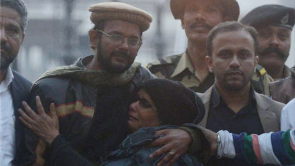 Hamid Ansari es acompañado por su familia tras su liberación