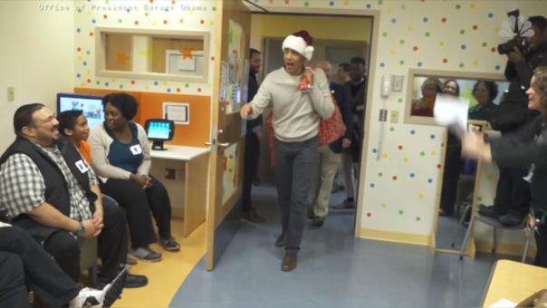 Así sorprendió Barack Obama a los niños y sus padres en el Hospital del Niños de Washington.