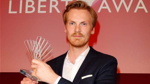 El periodista Claas Relotius posa con el premio periodístico Reemtsma Liberty