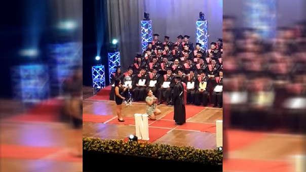 Pedida de mano en graduación