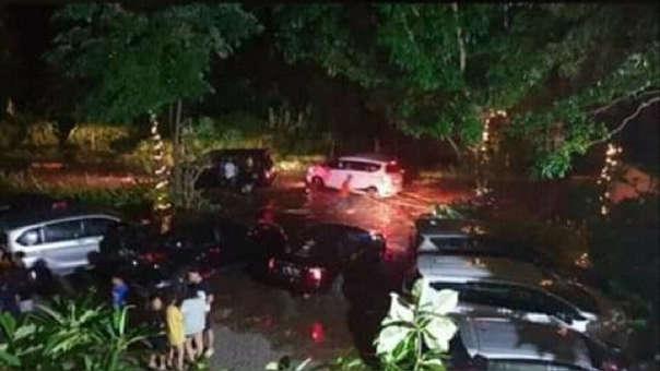 La fuerza de las olas arrastró vehículos y destruyó viviendas en la ciudad de Pandeglang.