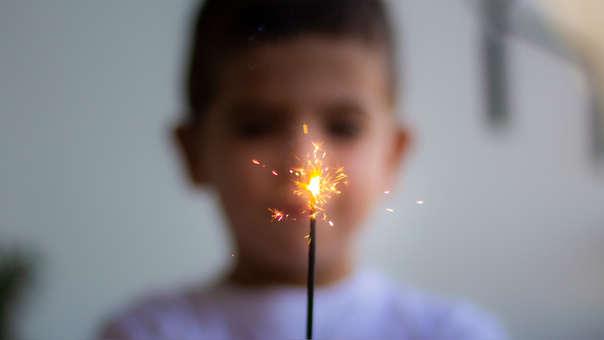 El efecto de los artefactos pirotécnicos sobre los niños es diverso, pero fundamentalmente se refiere al efecto sonoro y al directo a través del fuego y la onda expansiva que generan.