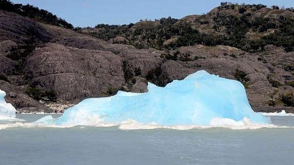 Luego de girar en 180 grados, el iceberg enseñó su verdadero color.