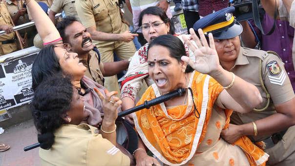 Dos devotas hindúes protestan contra la entrada de mujeres al templo Sabarimala en Kerala, India.
