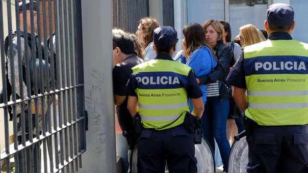 Los familiares de los cinco jóvenes detenidos los visitan a las puertas de los tribunales de Mar del Plata (Argentina).
