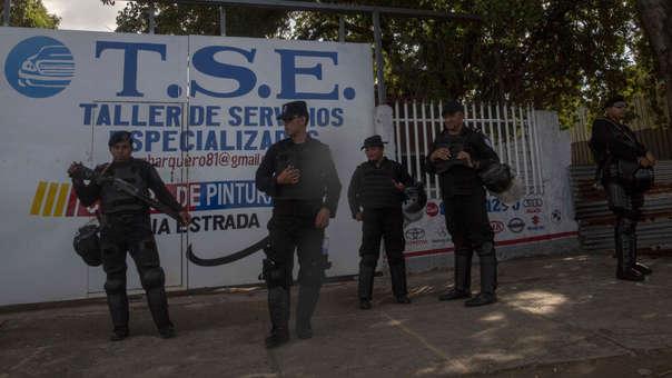 Miembros de la brigada de antimotines de la Policía resguardan una avenida de Plaza Las Victorias en Managua, Nicaragua.