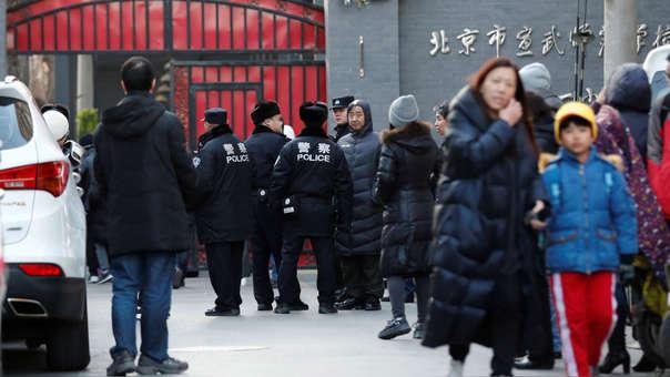 Padres acuden a recoger a sus hijos a una escuela de primaria en Xuanwu (China)  después de que 20 estudiantes resultasen heridos en un ataque.