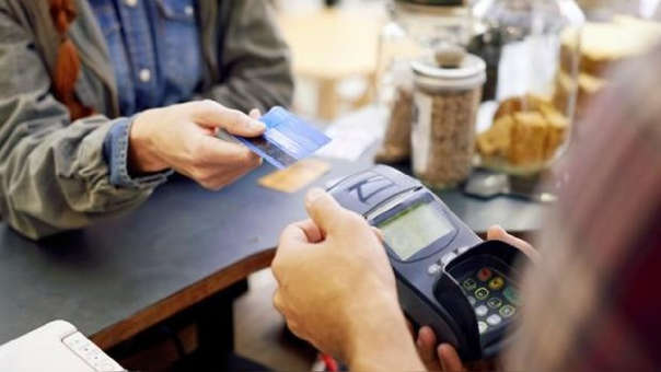 Lo más recomendable es pagar deudas de préstamos o tarjetas de crédito que no superen el 35% del sueldo neto.