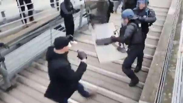 Christophe Dettinger  se enfrentó a los policías y los hizo retroceder durante las protestas del fin de semana en Francia.
