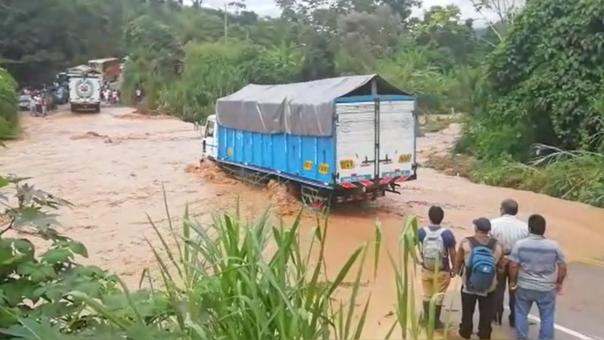 Buses intentan pasar el río.
