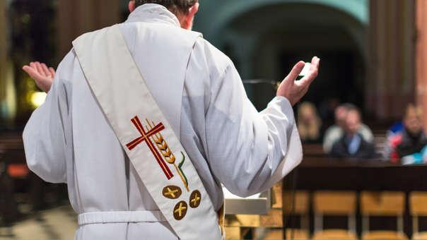 El sacerdote y un miembro del coro de la Iglesia aprovecharon su cercanía con el monaguillo para abusar de él.