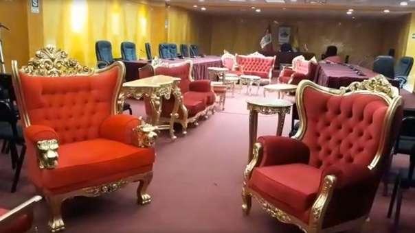 Gobernador regional entregó lujosos muebles.