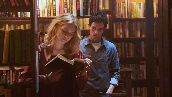 El primer encuentro de Joe y Beck parece una típica escena de película romántica: él trabaja en una librería, charlan y la atracción es instantánea.