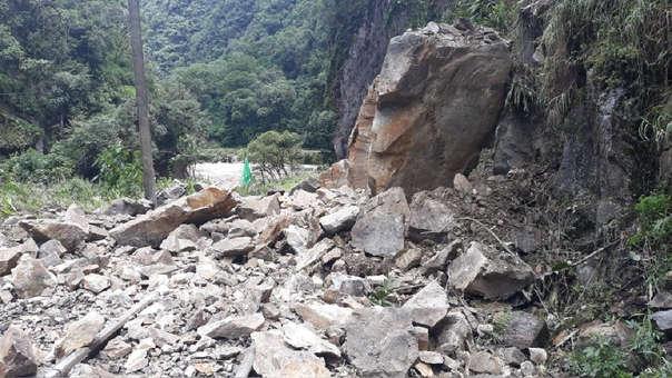 Grandes rocas han caído en la vía férrea debido a las fuertes lluvias en Cusco.