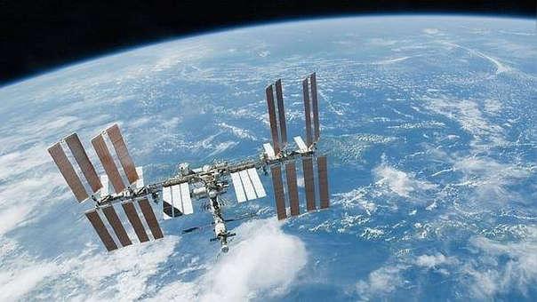 La estación espacial gira sobre la Tierra debido a la gravitación.