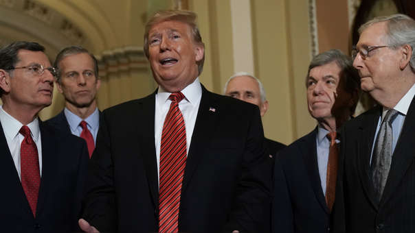 Donald Trump junto a congresistas de su partido.