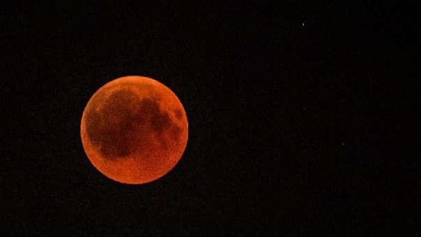 Una superluna de sangre vista desde El Cairo, Egipto.