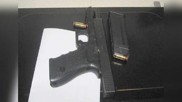 El arma estaba cargada cuando fue hallada por la Policía.
