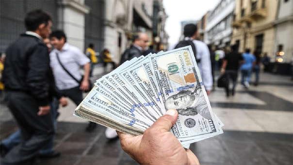 En los últimos doce meses la moneda estadounidense registra un avance de 3.27%.