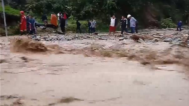 El deslizamiento se habría generado por daños en el puente de acceso a la comunidad.