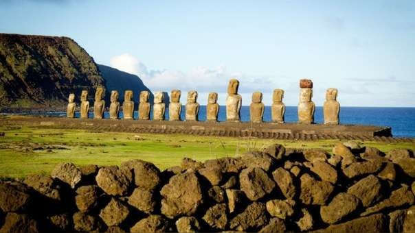 Vista de las estatuas en la Isla de Pascua