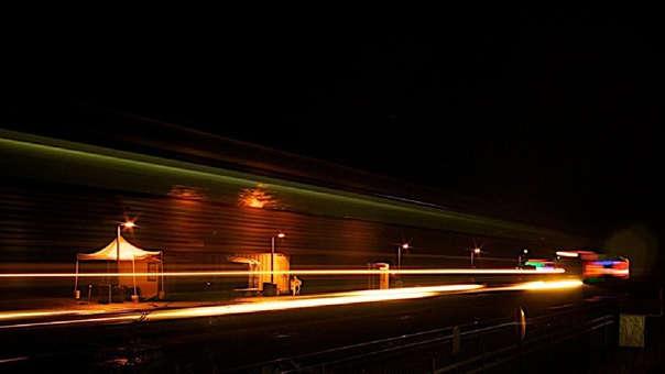Según Albert Einstein, nada se puede movilizar a la velocidad de la luz porque necesitaría de una energía casi infinita.