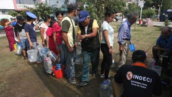 Vecinos colectan agua en SJL