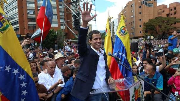 El líder del Parlamento anunció que asume la Presidencia de Venezuela.