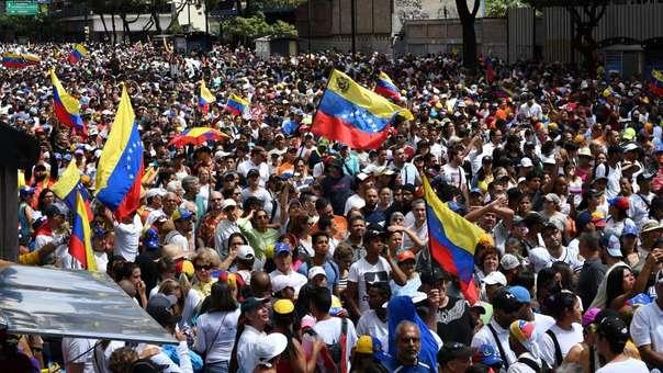 Opositores marchan en el aniversario de las manifestaciones en 1958 que acabaron contra otra dictadura en su país.