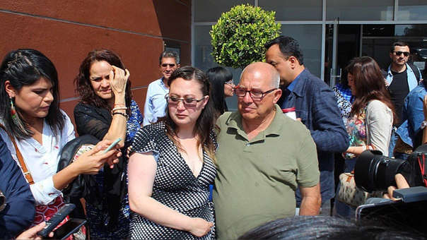 Dafne McPerson, acompa de su padre,, a su salida de los juzgados.