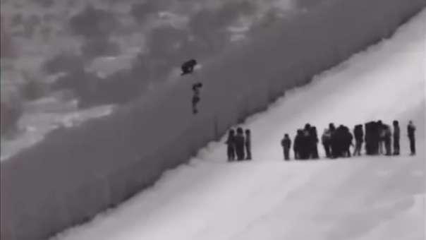 En el video se puede ver cómo migrantes suben el muro  con la ayuda de una escalera que se encuentra colocada del lado mexicano y al llegar a lo más alto se dejan caer lentamente hacia el territorio estadounidense.