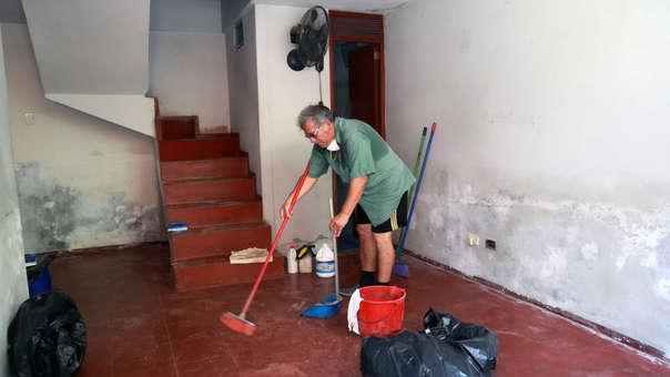 Continúa la limpieza de las casas afectadas por el aniego de aguas servidas en San Juan de Lurigancho.