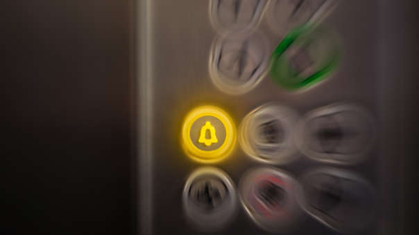 La mujer quedó atrapada en el ascensor cuando los dueños de la casa en la que trabajaba estaban fuera de Nueva York.