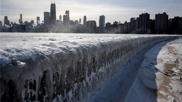 El vapor se eleva desdee los edificios de la ciudad y el lago Michigan este jueves, en Chicago