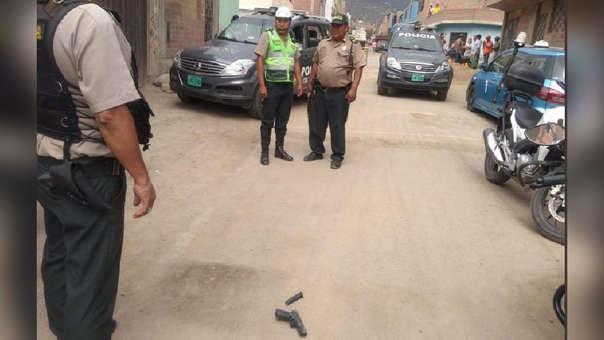 Policías observan armas que pertenecerían a los delincuentes.